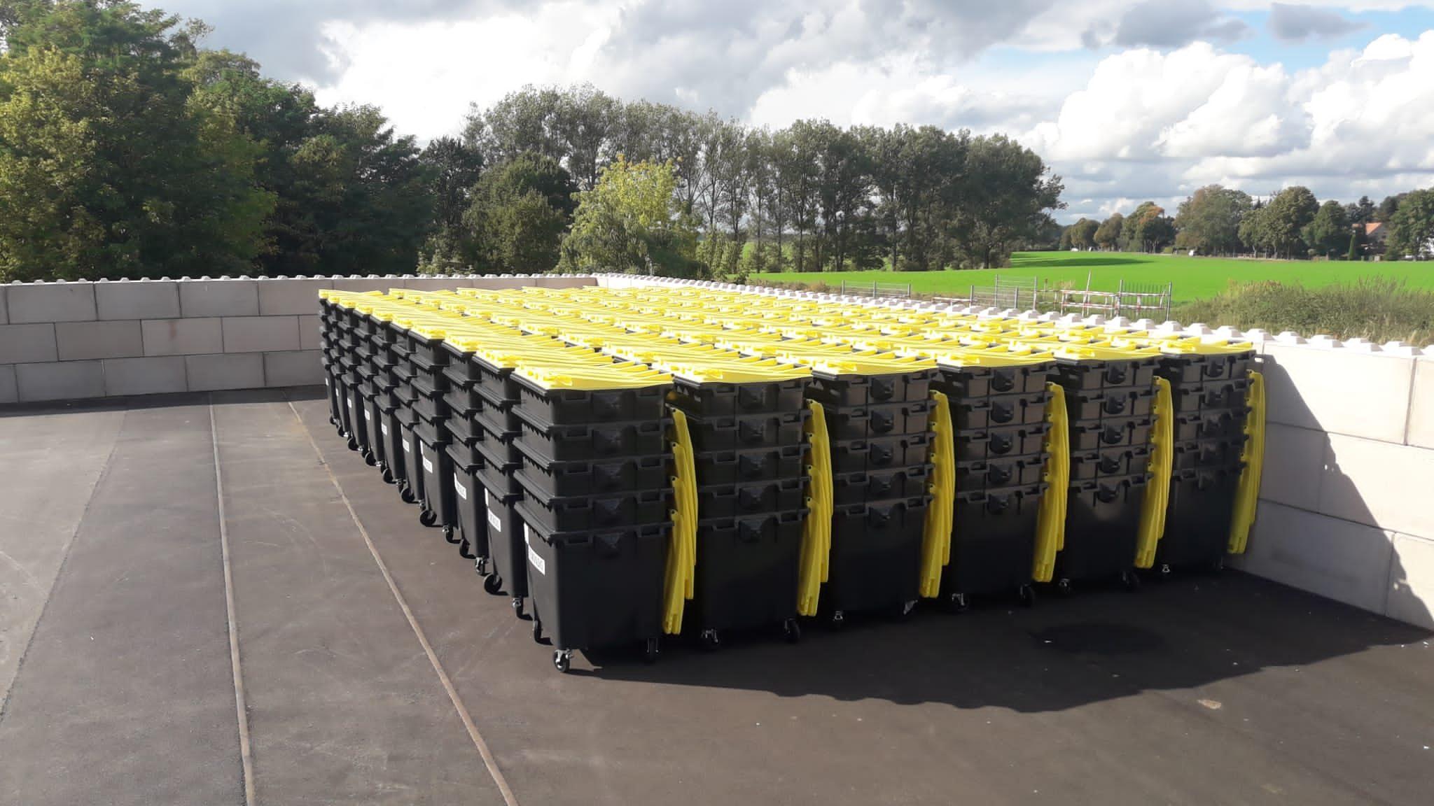 viele gestapelte gelbe Tonnen