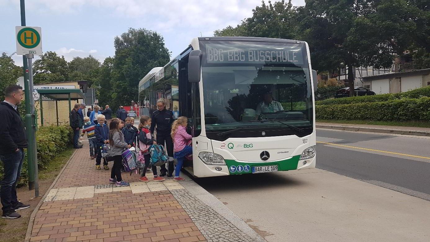 Kinder steigen in den Bus ein