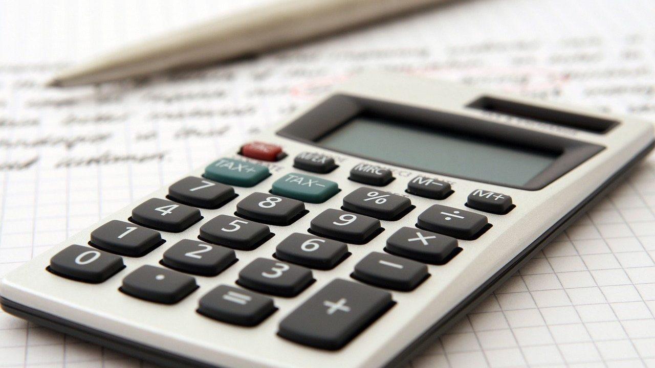 Taschenrechner und Stift auf einem Schreiben