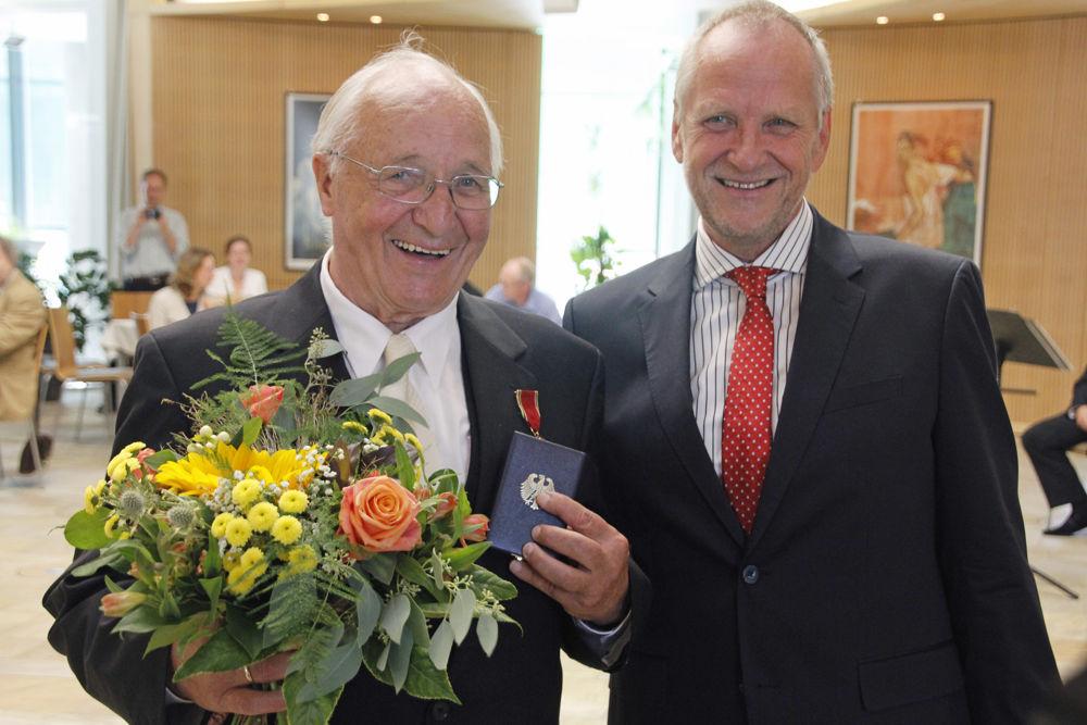 Landrat Bodo Ihrke überreicht Herrn Hans-Dieter Winkler den Bundesverdienstorden