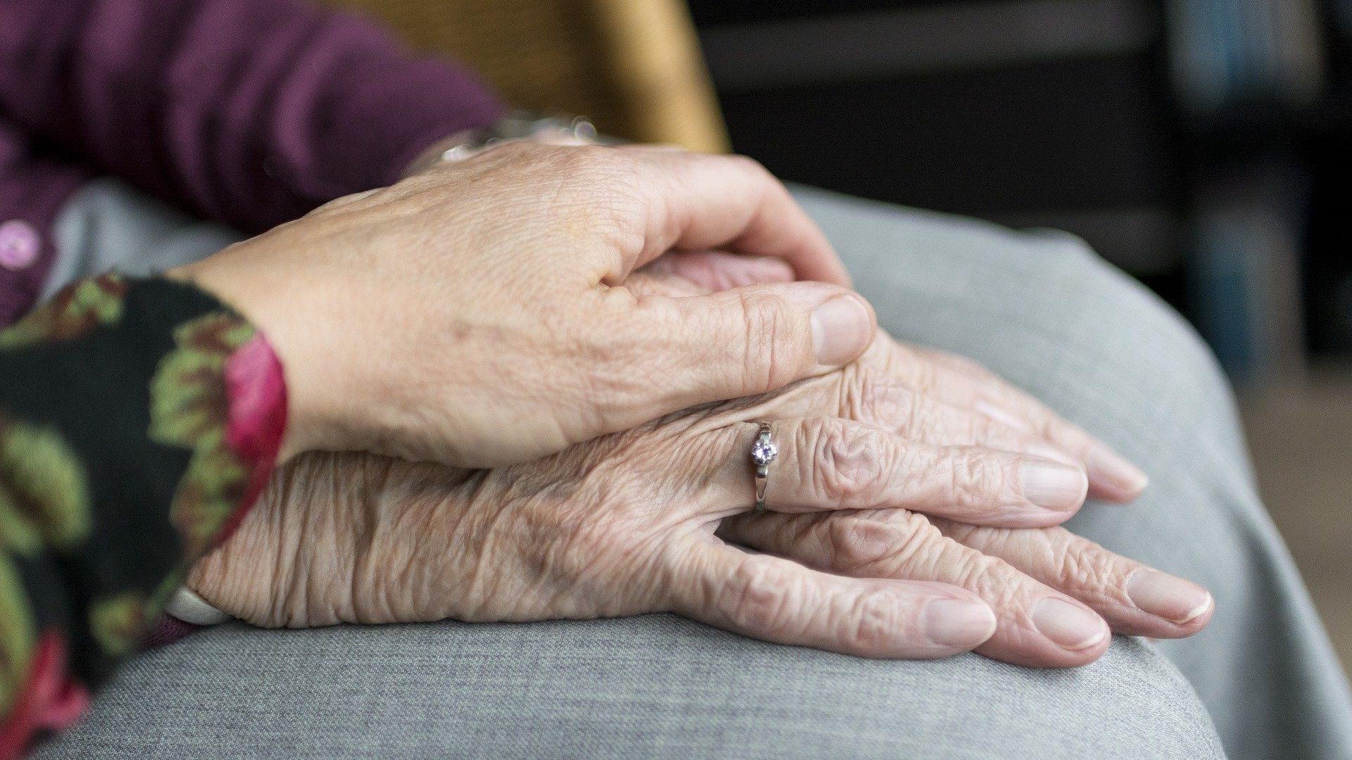 Zwei Hände älterer Menschen