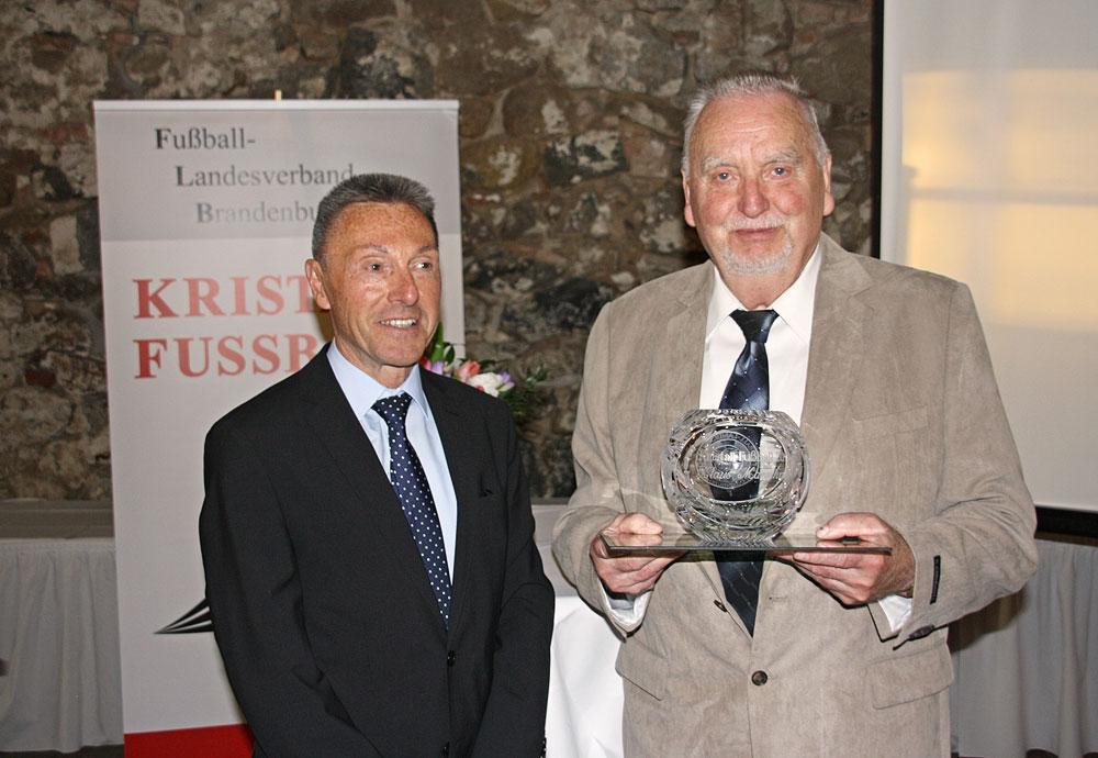 Siegfried Kirschen und Klaus Marschner mit dem Kristallfußball 2017