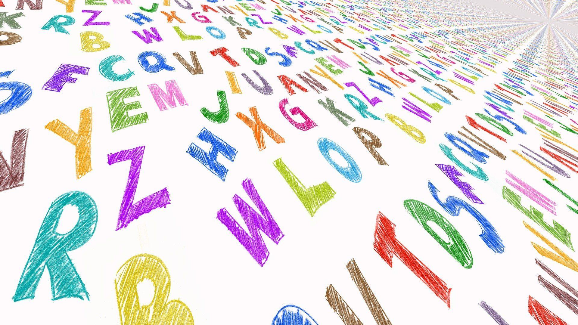 Buchstaben auf weißem Papier