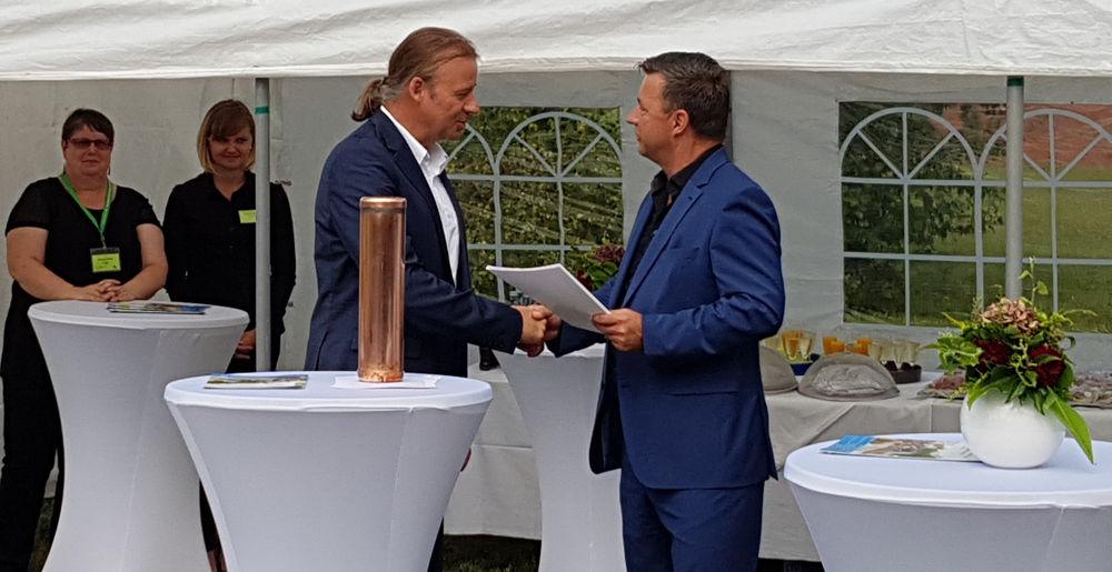 Staatssekretär Dr. Thomas Drescher überreicht Bürgermeister André Guse den Fördermittelbescheid
