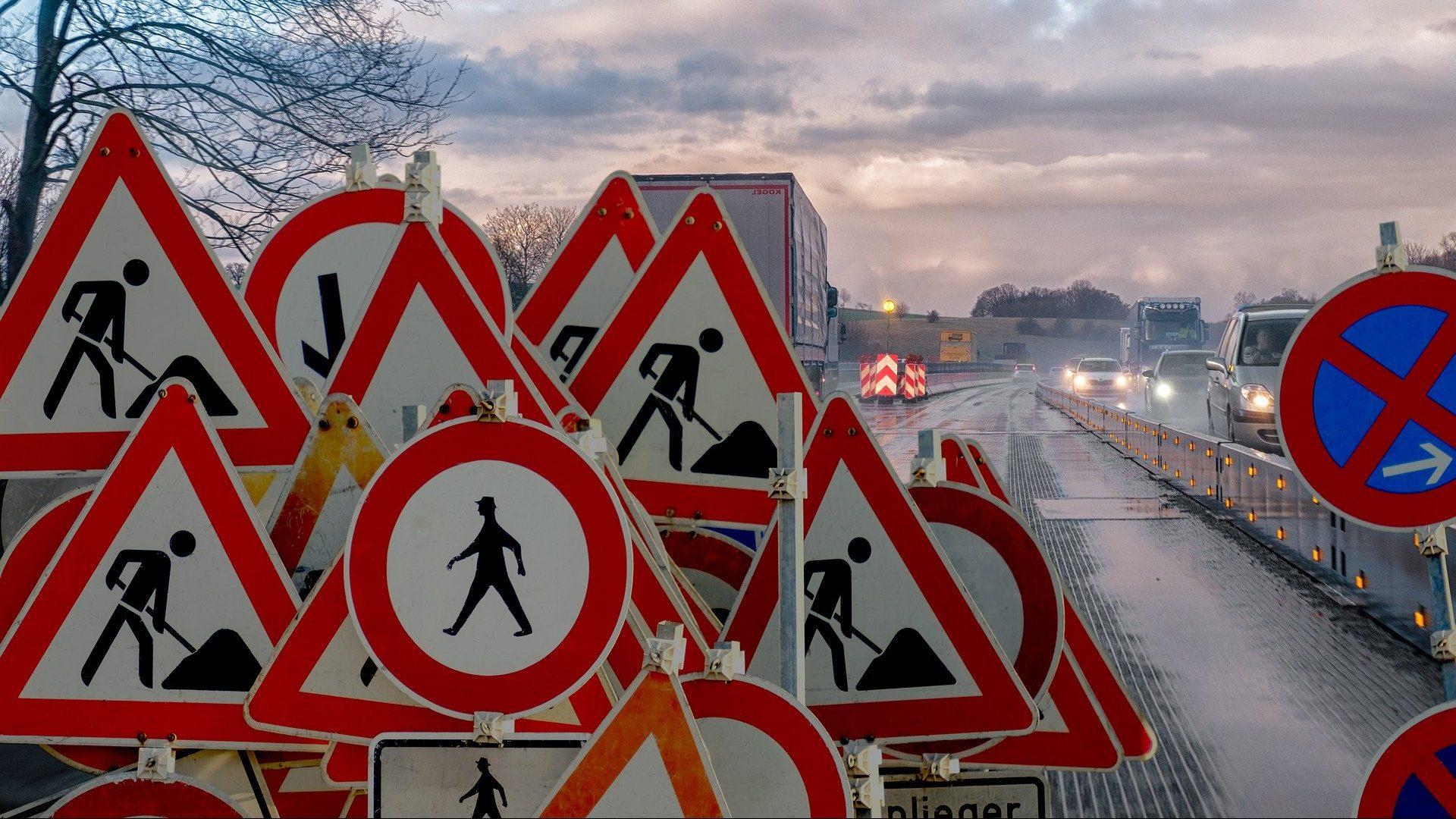 Straße mit vielen Verkehrszeichen
